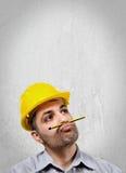 Στοχαστικός μηχανικός με το κράνος στο κεφάλι Στοκ φωτογραφία με δικαίωμα ελεύθερης χρήσης