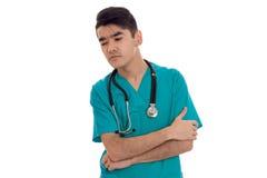 Στοχαστικός νέος αρσενικός γιατρός με το στηθοσκόπιο στην ομοιόμορφη τοποθέτηση που απομονώνεται στο άσπρο υπόβαθρο Στοκ φωτογραφίες με δικαίωμα ελεύθερης χρήσης