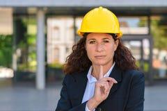 Στοχαστικός νέος αρχιτέκτονας γυναικών που φορά hardhat Στοκ εικόνα με δικαίωμα ελεύθερης χρήσης
