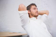 Στοχαστικός νέος επιχειρηματίας στο γραφείο Στοκ φωτογραφία με δικαίωμα ελεύθερης χρήσης