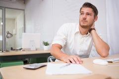 Στοχαστικός νέος επιχειρηματίας στο γραφείο Στοκ εικόνες με δικαίωμα ελεύθερης χρήσης