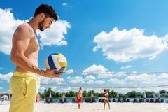 Στοχαστικός νεανικός τύπος με τη γενειάδα που στηρίζεται στη θερινή παραλία Στοκ Εικόνα