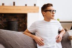 Στοχαστικός νεαρός άνδρας που φορά τα γυαλιά Στοκ φωτογραφία με δικαίωμα ελεύθερης χρήσης