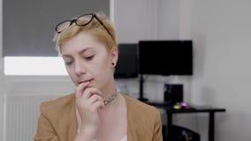 Στοχαστικός σκεπτόμενος νέος υπάλληλος που εργάζεται στο γραφείο σε ένα δύσκολο συναίσθημα ανάθεσης σχετικό και που συντρίβεται - απόθεμα βίντεο