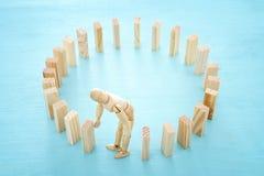 Στοχαστικός ταραγμένος ξύλινος πλαστός γρίφος ντόμινο κύκλων οικοδόμησης και παραγωγή του λάθους στοκ φωτογραφία