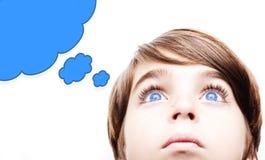 Στοχαστικό αγόρι με μια κενή σκεπτόμενη φυσαλίδα Στοκ φωτογραφία με δικαίωμα ελεύθερης χρήσης