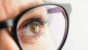 Στοχαστικό θηλυκό μάτι με τα γυαλιά Στοκ εικόνα με δικαίωμα ελεύθερης χρήσης