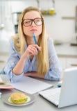 Στοχαστικό κορίτσι εφήβων που μελετά στην κουζίνα Στοκ Φωτογραφίες