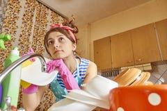 στοχαστικό κορίτσι στην κουζίνα Στοκ φωτογραφία με δικαίωμα ελεύθερης χρήσης