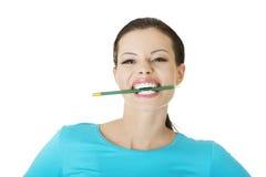Στοχαστικό μολύβι δαγκώματος γυναικών Στοκ εικόνα με δικαίωμα ελεύθερης χρήσης