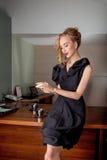 Στοχαστικό μοντέλο μόδας επιχειρησιακών γυναικών στο σύγχρονο γραφείο στο εσωτερικό Στοκ εικόνα με δικαίωμα ελεύθερης χρήσης