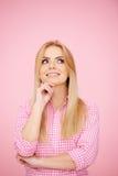 Στοχαστικό ξανθό κορίτσι στο ροζ Στοκ εικόνα με δικαίωμα ελεύθερης χρήσης