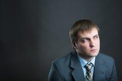 Στοχαστικό πορτρέτο επιχειρηματιών που απομονώνεται σε γκρίζο Στοκ Εικόνες