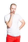 Στοχαστικό όμορφο άτομο μπλούζα που απομονώνεται στην άσπρη στο λευκό Στοκ Εικόνες