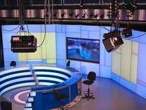 Στούντιο ΕΙΔΉΣΕΩΝ TV με τον ελαφρύ εξοπλισμό έτοιμο για την καταγραφή Στοκ Εικόνα