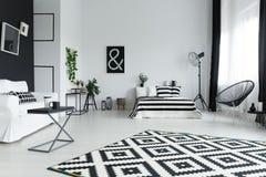 Στούντιο με το κρεβάτι στοκ φωτογραφία με δικαίωμα ελεύθερης χρήσης
