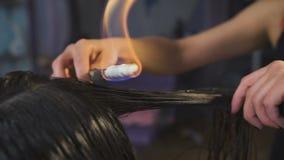 Στούντιο ομορφιάς, για τα brunettes με το μακρυμάλλες κούρεμα πυρκαγιάς κάνοντας διαδικασίας φιλμ μικρού μήκους