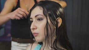 Στούντιο ομορφιάς, για τα brunettes με το μακρυμάλλες κούρεμα πυρκαγιάς κάνοντας διαδικασίας απόθεμα βίντεο
