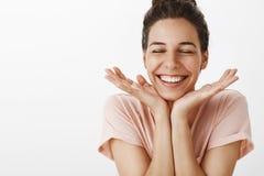 Στούντιο που βλασταίνεται της γυναίκας που αισθάνεται τις ευτυχείς και χαρούμενες χαρωπά ιδιαίτερες προσοχές από το κλίνοντας κεφ στοκ εικόνα
