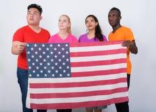 Στούντιο που πυροβολείται της διαφορετικής ομάδας πολυ εθνικών φίλων που σκέφτονται wh Στοκ Φωτογραφίες