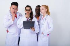 Στούντιο που πυροβολείται της διαφορετικής ομάδας πολυ εθνικών γιατρών που σκέφτονται wh Στοκ φωτογραφία με δικαίωμα ελεύθερης χρήσης