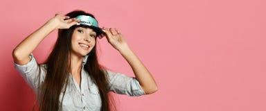 Στούντιο που πυροβολείται της ευτυχούς όμορφης νέας τοποθέτησης γυναικών στη μάσκα ματιών στοκ φωτογραφίες με δικαίωμα ελεύθερης χρήσης