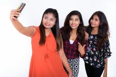 Στούντιο που πυροβολείται τριών ευτυχών νέων περσικών φίλων γυναικών που χαμογελούν το W Στοκ εικόνες με δικαίωμα ελεύθερης χρήσης