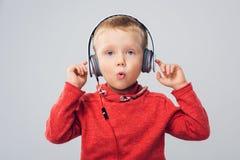 Στούντιο που πυροβολείται του αγοριού με τα ακουστικά Στοκ Φωτογραφία
