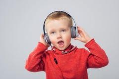 Στούντιο που πυροβολείται του αγοριού με τα ακουστικά Στοκ φωτογραφίες με δικαίωμα ελεύθερης χρήσης