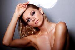 Στούντιο που πυροβολείται του όμορφου γυμνού θηλυκού Στοκ Φωτογραφία