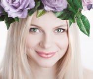 Στούντιο, πρόσωπο, πράσινα μάτια, στεφάνι λουλουδιών, χαμόγελο, άσπρο backgroun Στοκ Εικόνα