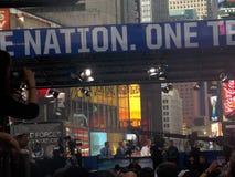 Στούντιο ραδιοφωνικής μετάδοσης στη Times Square κατά τη διάρκεια του γεγονότος αμερικανικού ποδοσφαίρου στοκ φωτογραφία με δικαίωμα ελεύθερης χρήσης