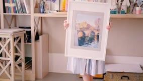 Στούντιο τέχνης γυναικείου watercolor χαμόγελου ταλέντου καλλιτεχνών απόθεμα βίντεο