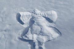 Στο άσπρο χιόνι η σφραγίδα ενός παιδιού υπό μορφή αγγέλου που χτυπά τα φτερά του Στοκ Εικόνα