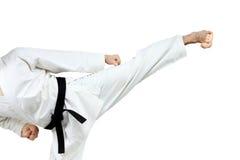 Στο άτομο karategi που κάνει το λάκτισμα yoko-Geri στοκ εικόνα