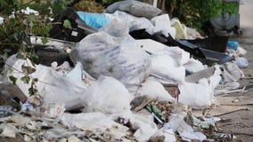 Στο έδαφος, στην πλευρά του δρόμου, τα μέρη των απορριμάτων βρίσκονται διεσπαρμένα απορρίμματα, σκουπίδια, παλαιά πράγματα, ρόδες φιλμ μικρού μήκους