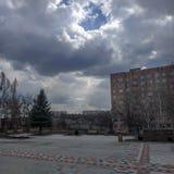 Στο έδαφος του ουκρανικού γυμνασίου σε Kramatorsk στη μέση μιας κατοικημένης γειτονιάς στοκ εικόνα