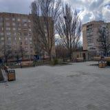 Στο έδαφος του ουκρανικού γυμνασίου σε Kramatorsk στη μέση μιας κατοικημένης γειτονιάς στοκ εικόνες