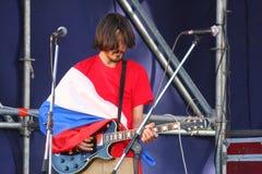 Στο ανοικτό στάδιο του φεστιβάλ είναι μουσικοί σε μια ορχήστρα ροκ, Darida Στοκ Φωτογραφίες