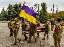 Στο αντίο Uzhhorod στο στρατιώτη που πέθανε των πληγών στη ATO ζώνη Στοκ εικόνα με δικαίωμα ελεύθερης χρήσης