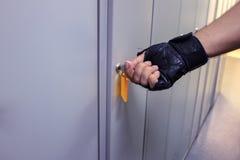 Στο αποδυτήριο ατόμων ` s ανοίγουμε ένα ντουλάπι Στοκ φωτογραφίες με δικαίωμα ελεύθερης χρήσης