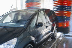 Στο αυτόματο πλύσιμο αυτοκινήτων Στοκ φωτογραφίες με δικαίωμα ελεύθερης χρήσης