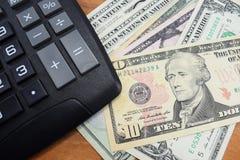 Στο γραφείο δολάρια υπολογιστών και χρημάτων Στοκ φωτογραφίες με δικαίωμα ελεύθερης χρήσης