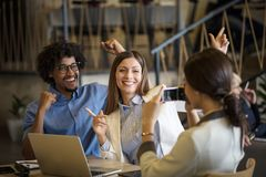 Στο γραφείο μπορεί να είναι διασκέδαση στοκ φωτογραφία με δικαίωμα ελεύθερης χρήσης