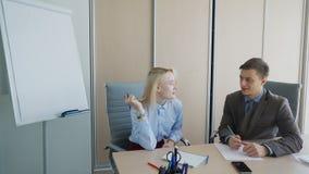 Στο γραφείο οι επιχειρηματίες είναι φιλικοί και διατηρούν το αρχείο σε χαρτί φιλμ μικρού μήκους