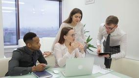 Στο γραφείο ο ηγέτης δίνει το στόχο στην ομάδα στην οποία είναι άτομο αφροαμερικάνων απόθεμα βίντεο