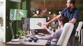 Στο δημιουργικό γραφείο δύο αντιπροσωπειών οι σχεδιαστές μιλούν φιλμ μικρού μήκους