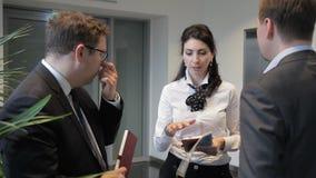 Στο διάδρομο τρία οι υπάλληλοι λύνουν ένα σημαντικό ζήτημα μεταξύ τους φιλμ μικρού μήκους