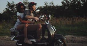 Στο δρόμο ένα χαριτωμένο ζεύγος οδηγά ένα ποδήλατο χαμογελά και έχει πολλή διασκέδαση απόθεμα βίντεο