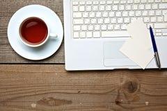 Στο εκλεκτής ποιότητας επιτραπέζιες τσάι, το lap-top και τις επαγγελματικές κάρτες Στοκ εικόνα με δικαίωμα ελεύθερης χρήσης